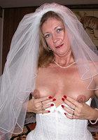 Старуха в наряде невесты показывает сиськи и киску 5 фотография