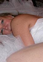 Старуха в наряде невесты показывает сиськи и киску 17 фотография