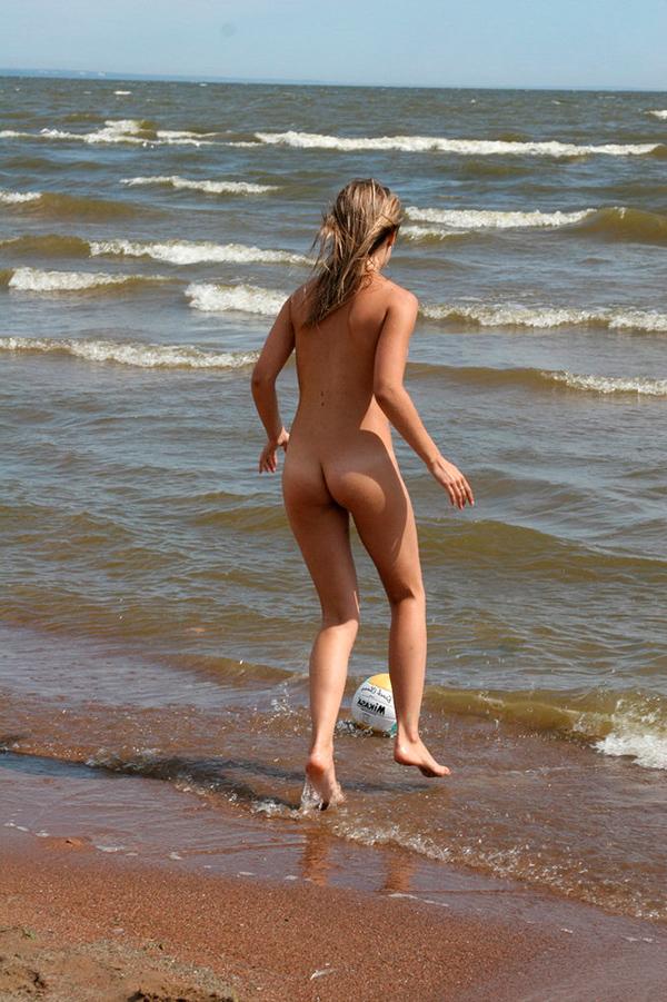 Голые нудистки играют в пляжный волейбол