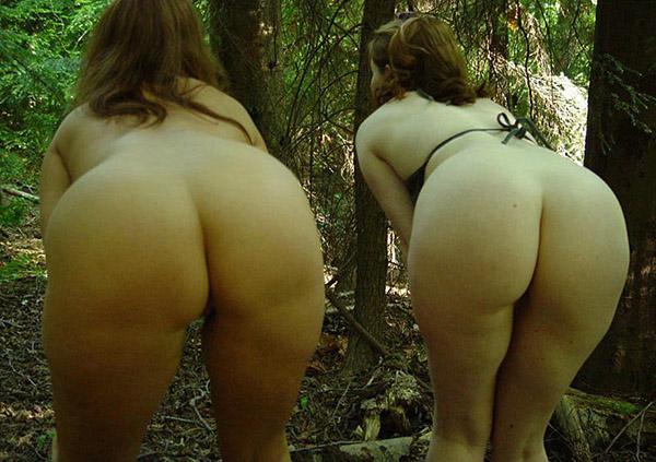 Две жопастые особы женского пола меряются титьками в саду секс фото