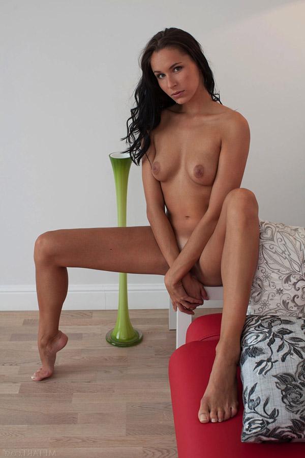 Брюнеточка с выдающимися ногами хочет ебли на красном диване
