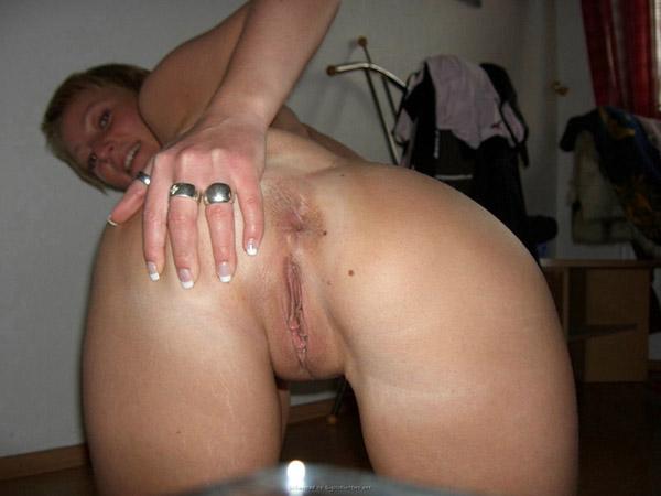 Научилась хорошо мастурбировать и пользуется этим