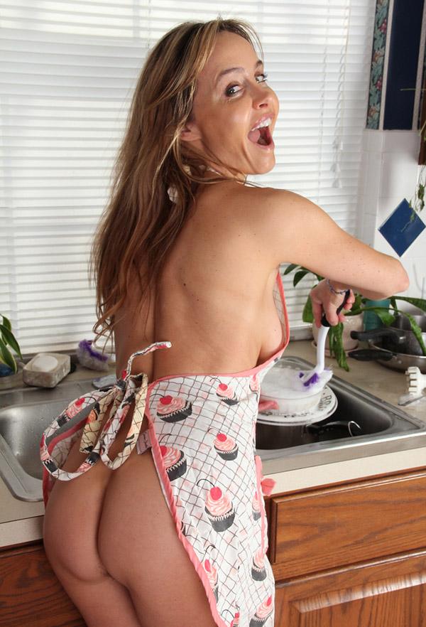 Никто не сравнится с взрослой домохозяйкой в домашних условиях