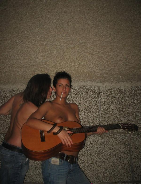 Пьяные девчонки показывают сиськи возле ночного клуба