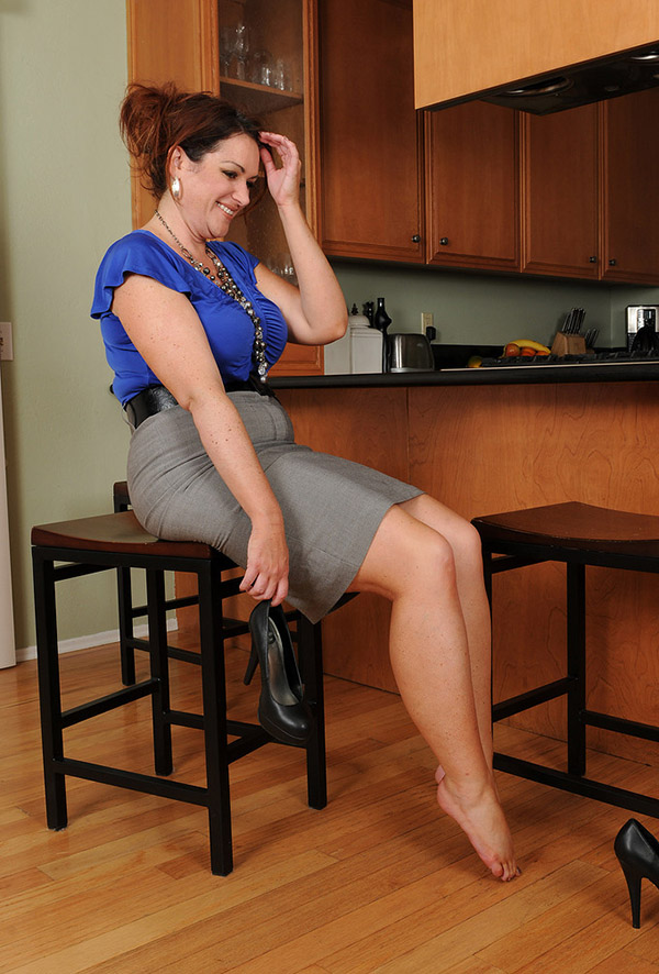 Крупная дама разделась на кухне