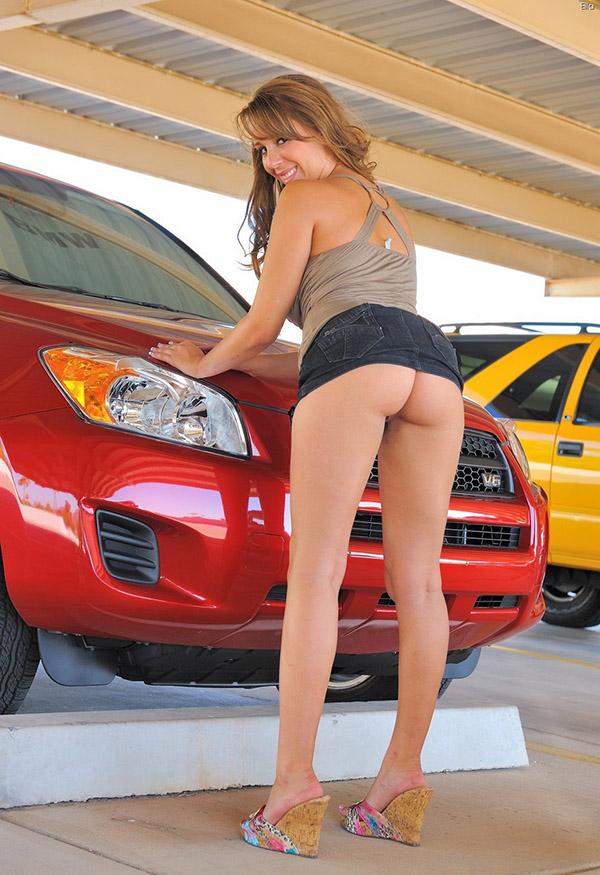 Телка выставляет напоказ обнаженные дыры под юбкой на автостоянке