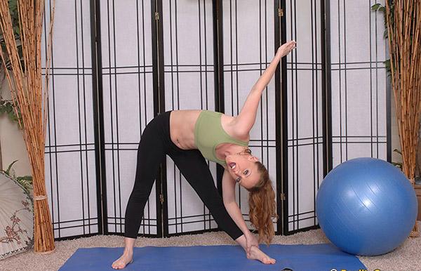 Женщина акробатка бесплатно показывает невообразимые позы