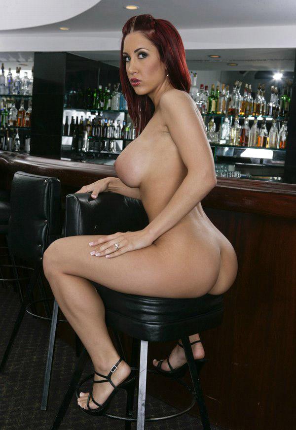 Официантка осталась в баре после его закрытия смотреть эротику
