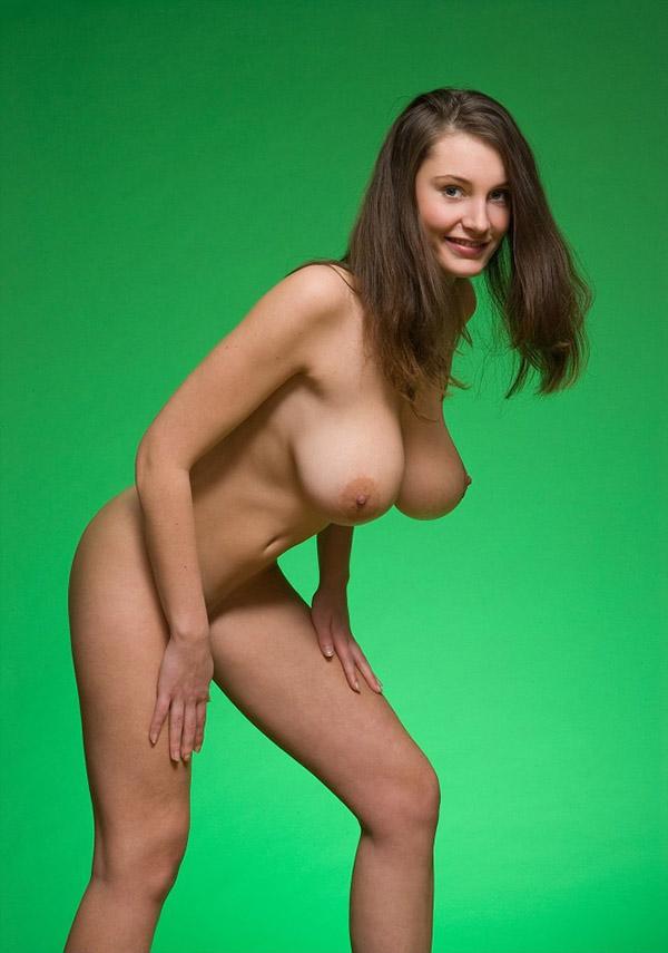 Контраст женской красоты и зеленого полотна