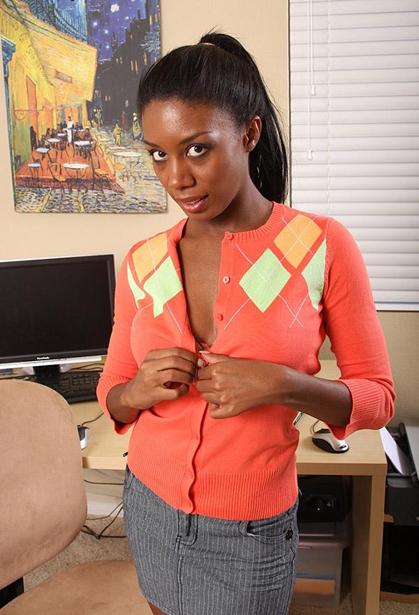 Грациозная негритянка устроила стриптиз на рабочем месте