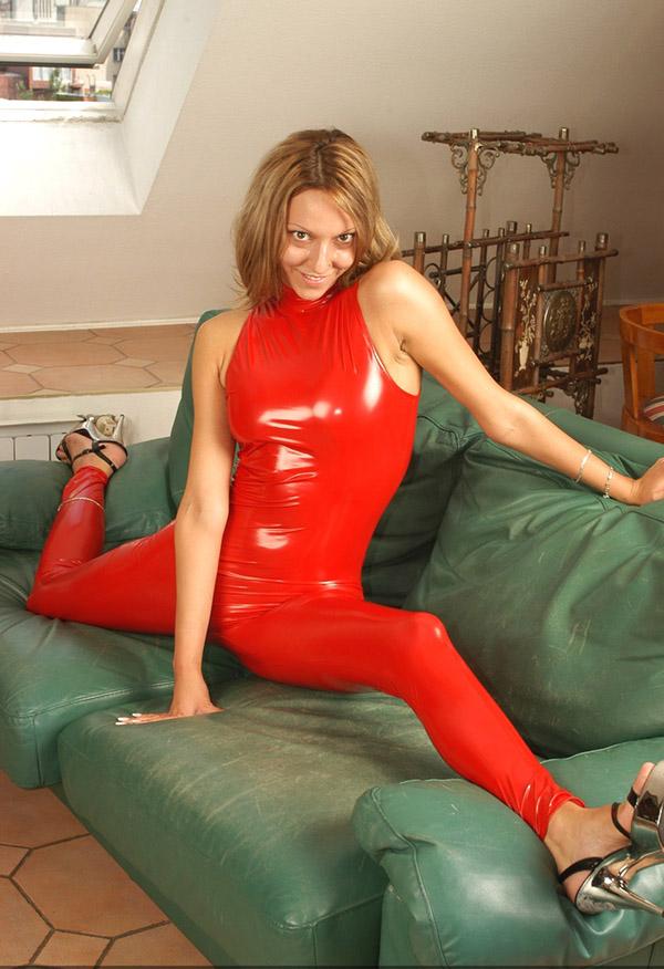 Гибкая милашка облачилась в латексный костюм красного цвета смотреть эротику