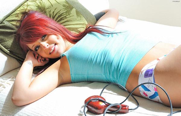 Рыжеволосая красоточка балуется со своим телом на солнышке