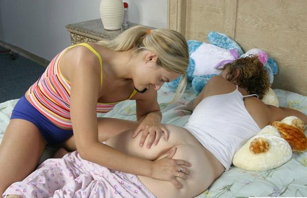 Девушка лижет анус своей спящей подруге