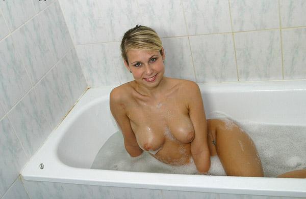 Совершеннолетняя шлюха с влажной попкой купается в душе