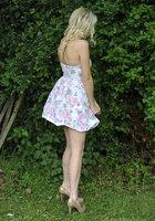 Блондинка стоит за сараем и занимается сексом по телефону 1 фотография