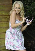 Блондинка стоит за сараем и занимается сексом по телефону 4 фотография