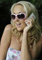 Блондинка стоит за сараем и занимается сексом по телефону 5 фотография
