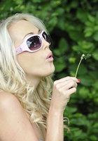 Блондинка стоит за сараем и занимается сексом по телефону 3 фотография