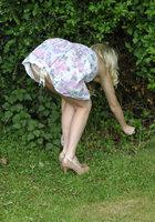 Блондинка стоит за сараем и занимается сексом по телефону 2 фотография