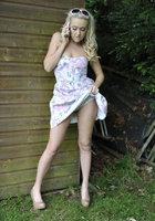 Блондинка стоит за сараем и занимается сексом по телефону 6 фотография