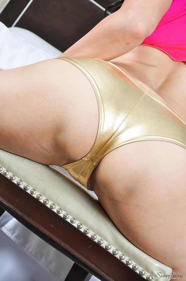 Sunny Leone оголяет дойки и промежность сидя на стуле