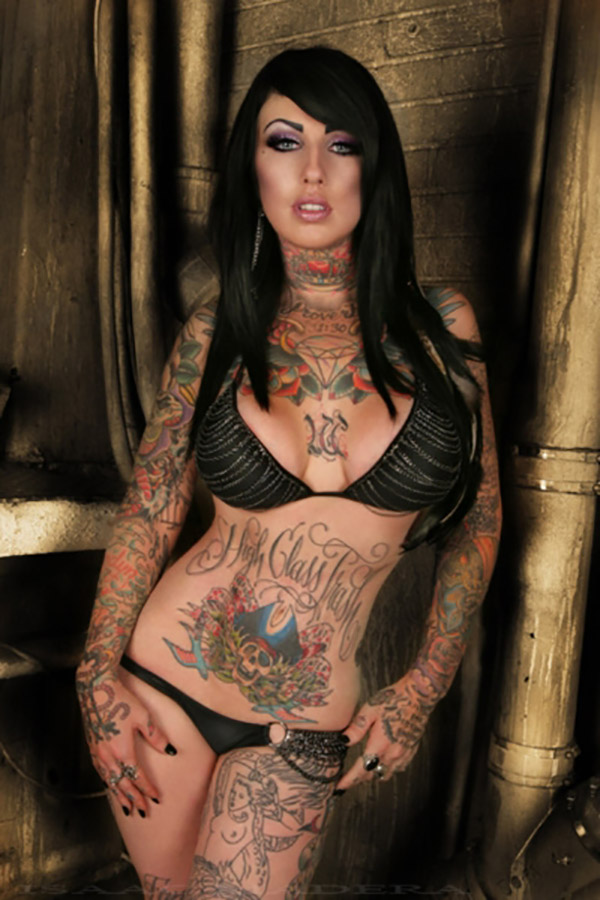 Прекрасные телочки хвастаются татуированными телами