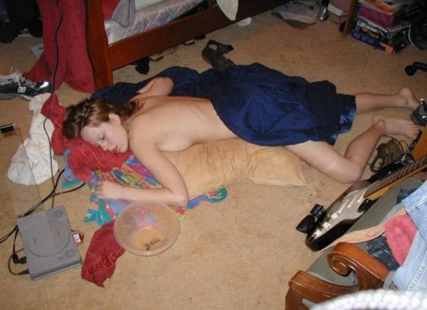 Пьяные дамочки спят голенькие