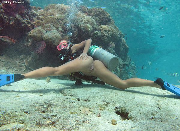 Голая аквалангистка блистает пиздой под водой