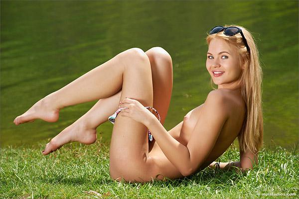 Очень красивая стройняшка хочет раздеться у озера