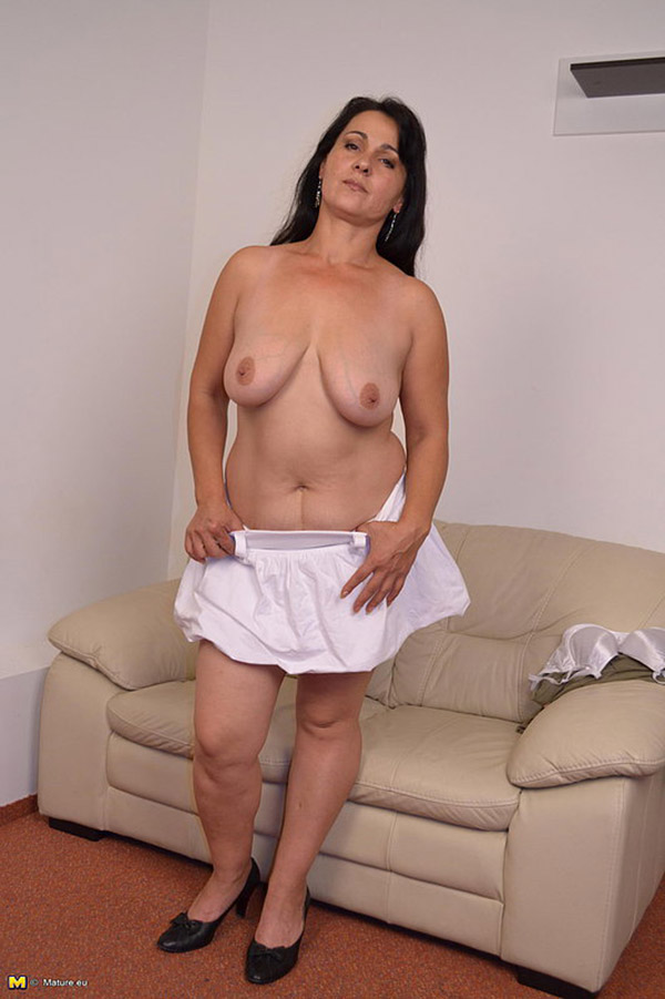 Полненькая старушка ласкает вагину на диване