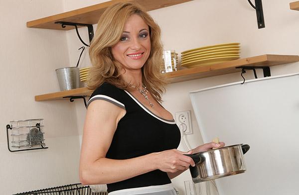 Сорокапятилетняя повариха забавляется с сочной вагиной на кухне