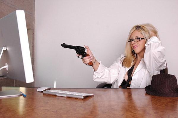 Привлекательная фифочка организовала стриптиз в кабинете