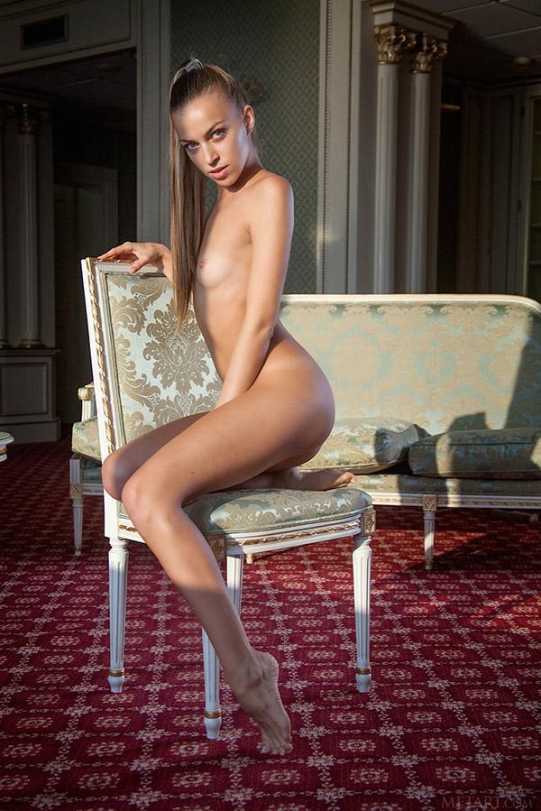 Молоденькая фифа хвастается в симпатичном особняке секс фото