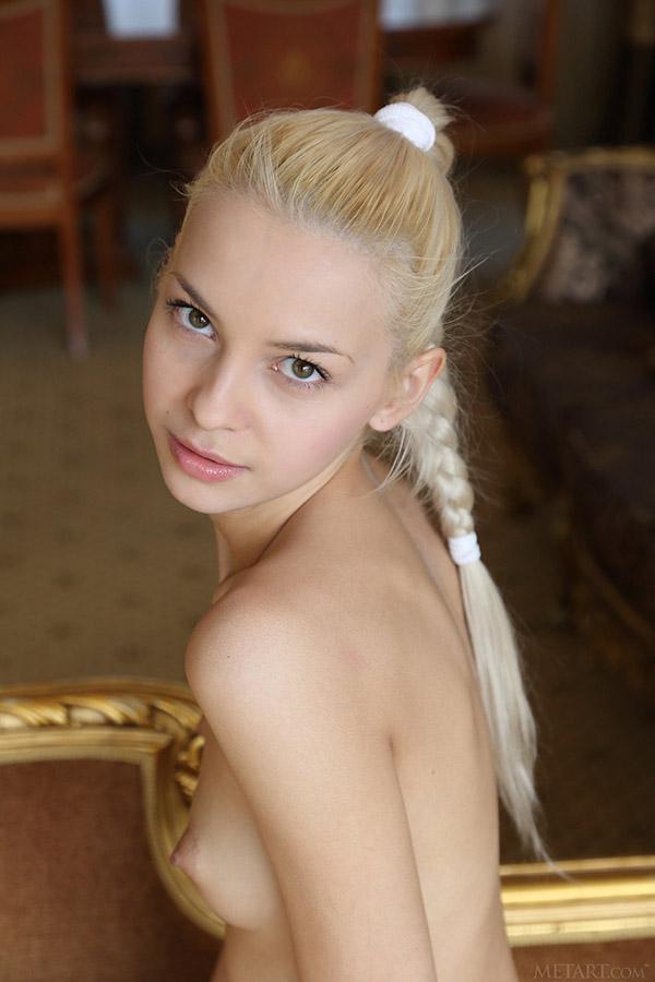 Прекрасная блондинка шалит на диванчике
