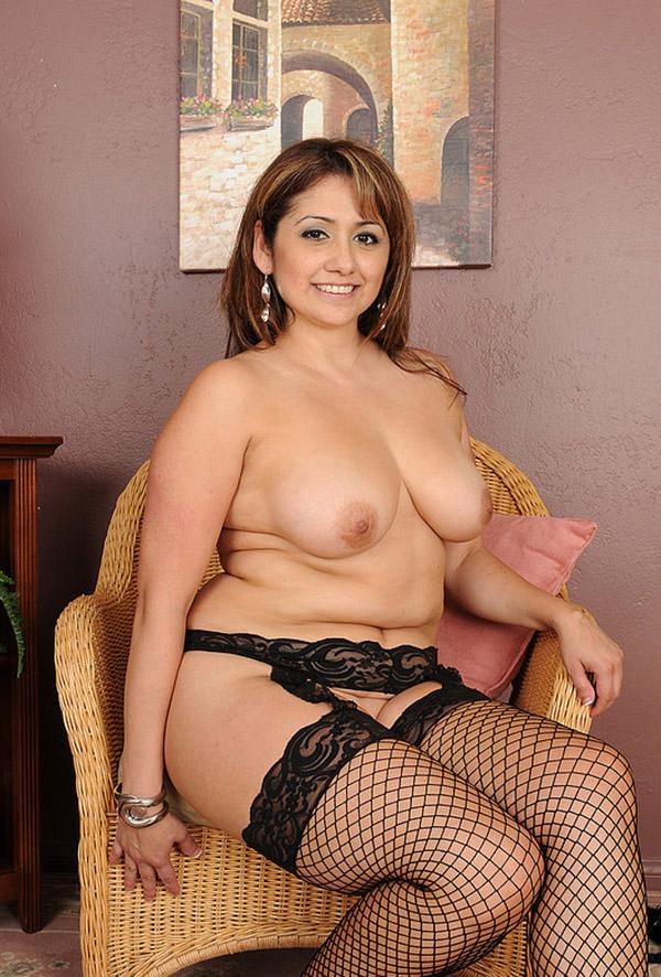 Соблазнительная мама с лишним весом показывает побритые дыры секс фото