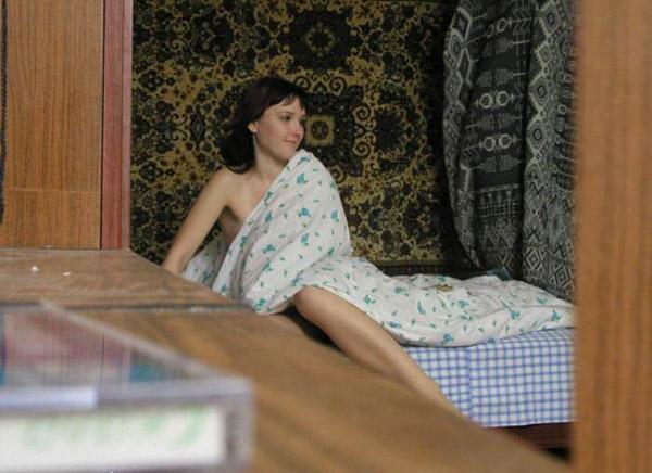 Скрытая камера стаскивает голую чувиху в ее комнату секс фото