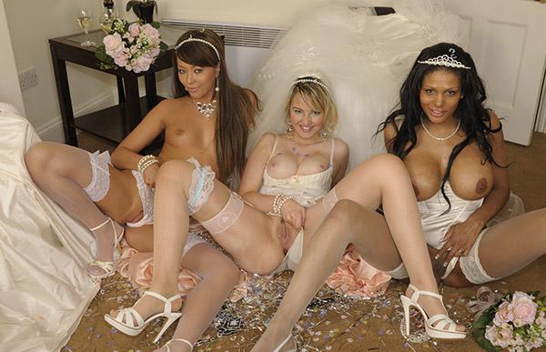 Три влажные невесты после свадьбы красуются буферами