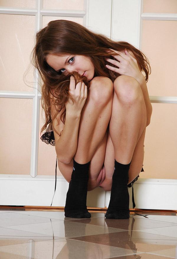 У дверей юная сучка продемонтстрировала идеальную фигуру