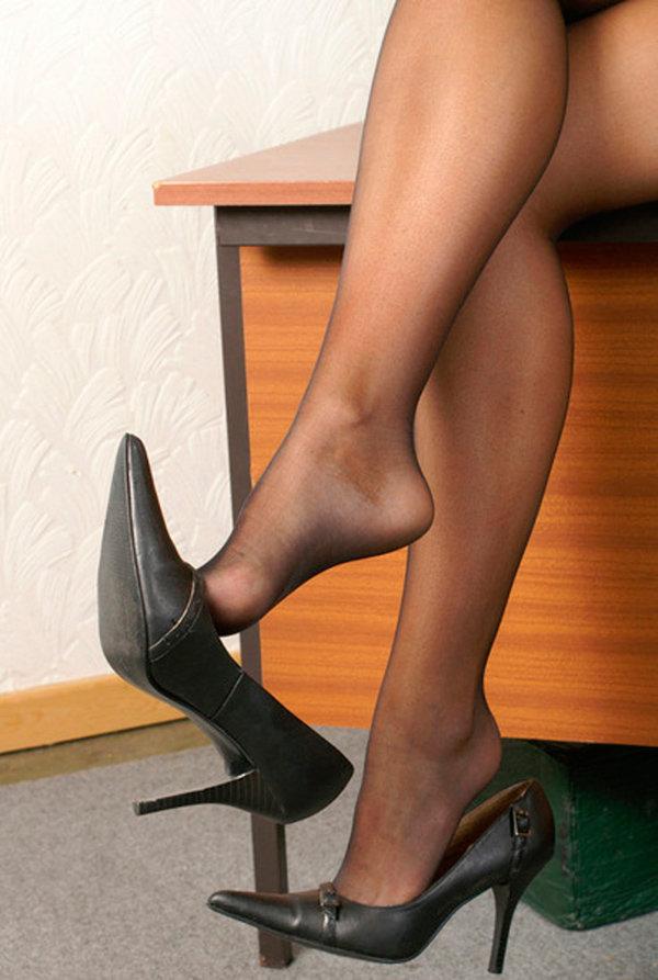 Женские ножки в колготках очень красиво смотрятся