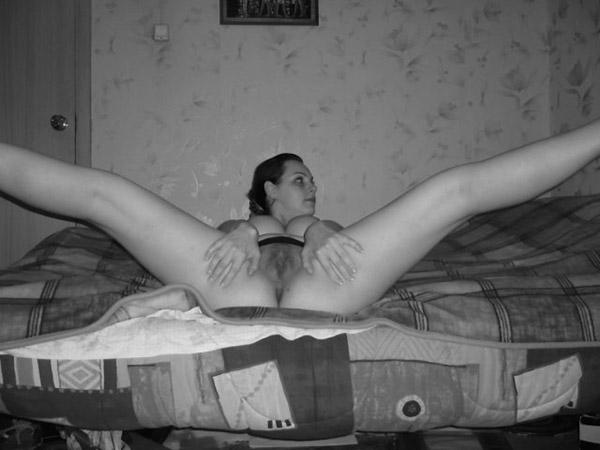 Совершеннолетняя милашка на кровати хочет игриво позировать