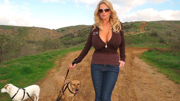 Гламурная мамочка похвасталась огромными титьками на прогулке