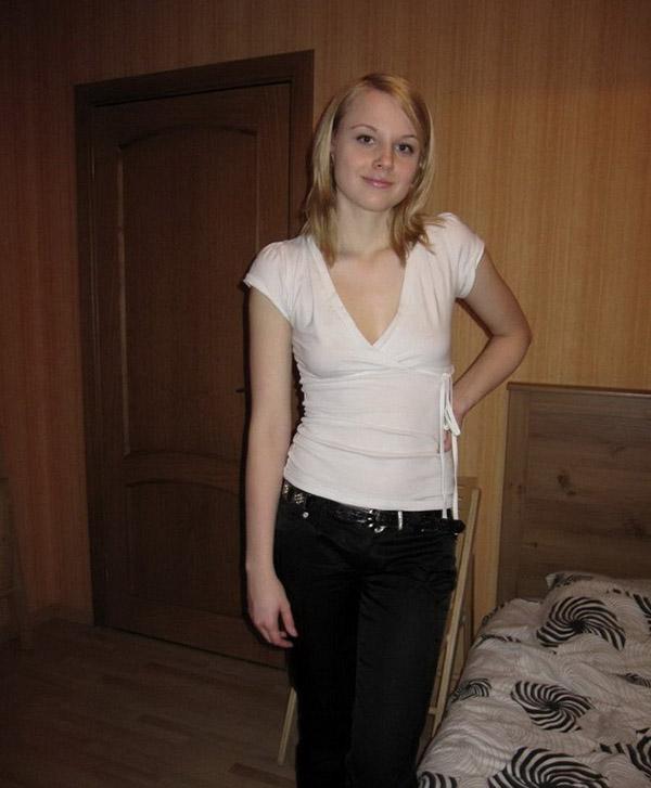 Блондиночка, забравшись на кровать, оставила на себе одни трусики