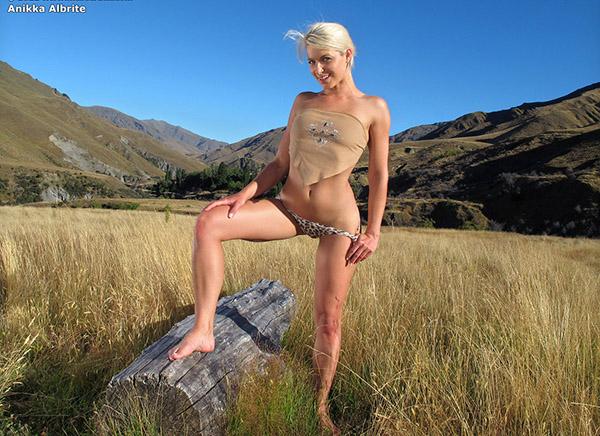 Роскошная Anikka Albrite на поляне показывает свою пластику и прелести