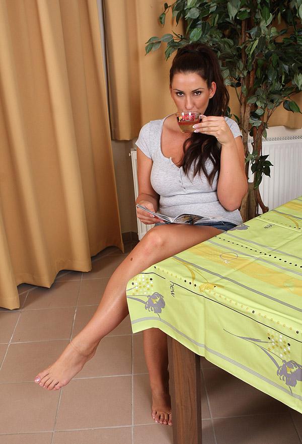 Похотливая мамка выставляет напоказ огромные сисяндры во время обеда