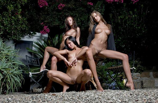 Три голые лесбиянки развратничают на улице