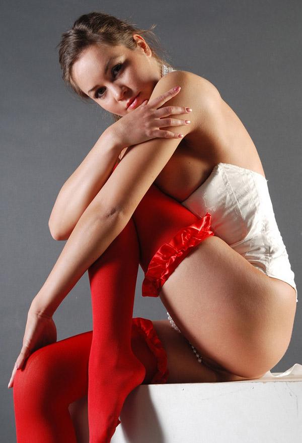 Топ-модель в ярко-красных чулках позирует на кубе секс фото
