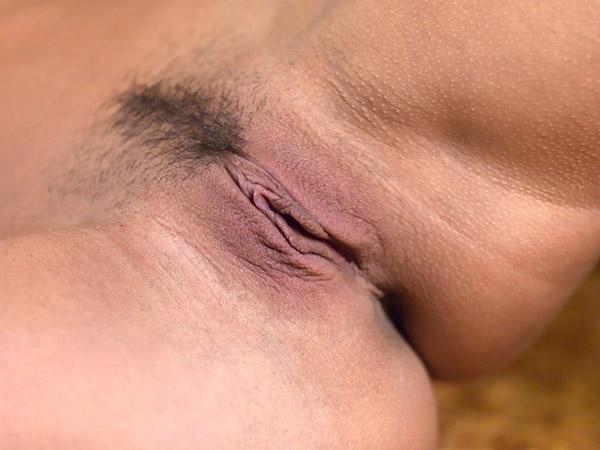 Стройная озорница обнажается в койке на золотых простынях секс фото