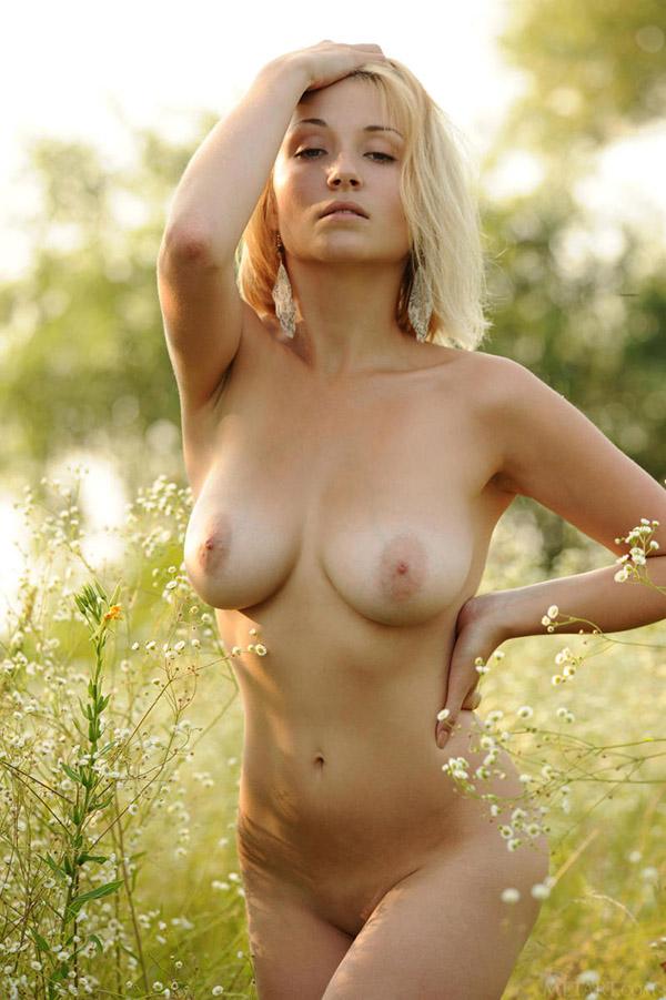 Грудастая телка грешит в траве
