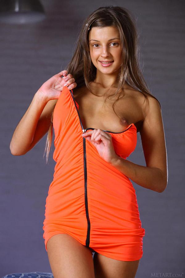 Милая фифа в студии сняла оранжевое платье