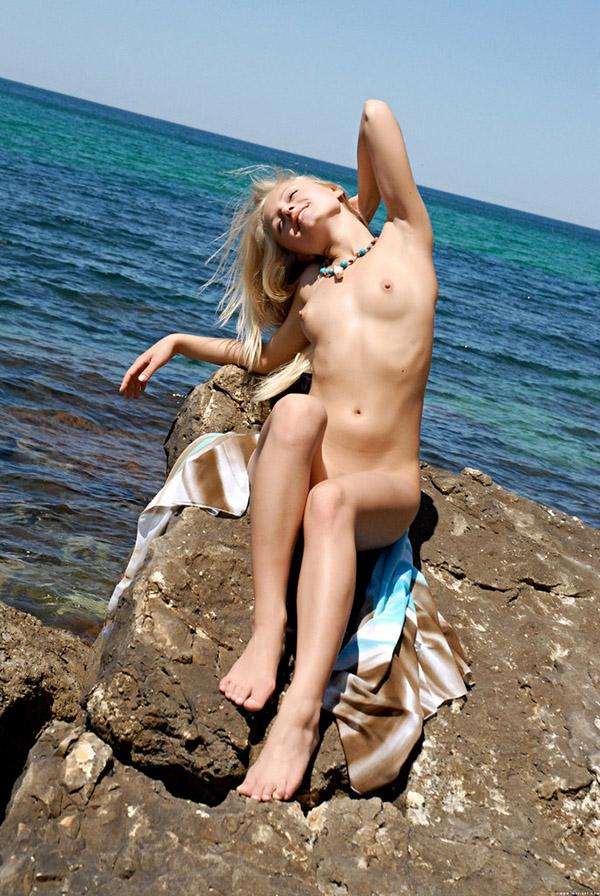 Развратная стилистка желает засветить киску на прибрежном камне